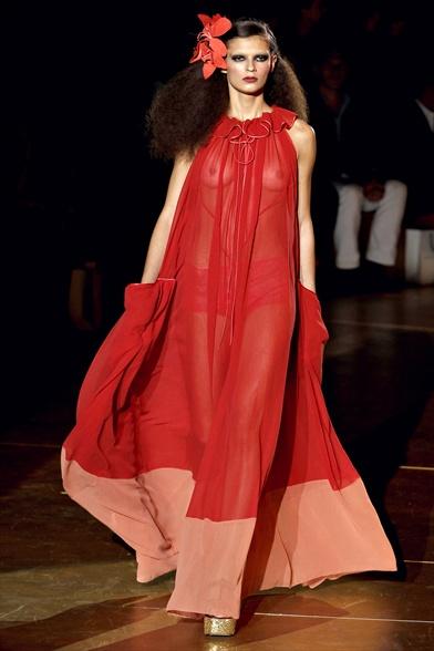 Emilia Nawarecka sulla passerella di Marc Jacobs