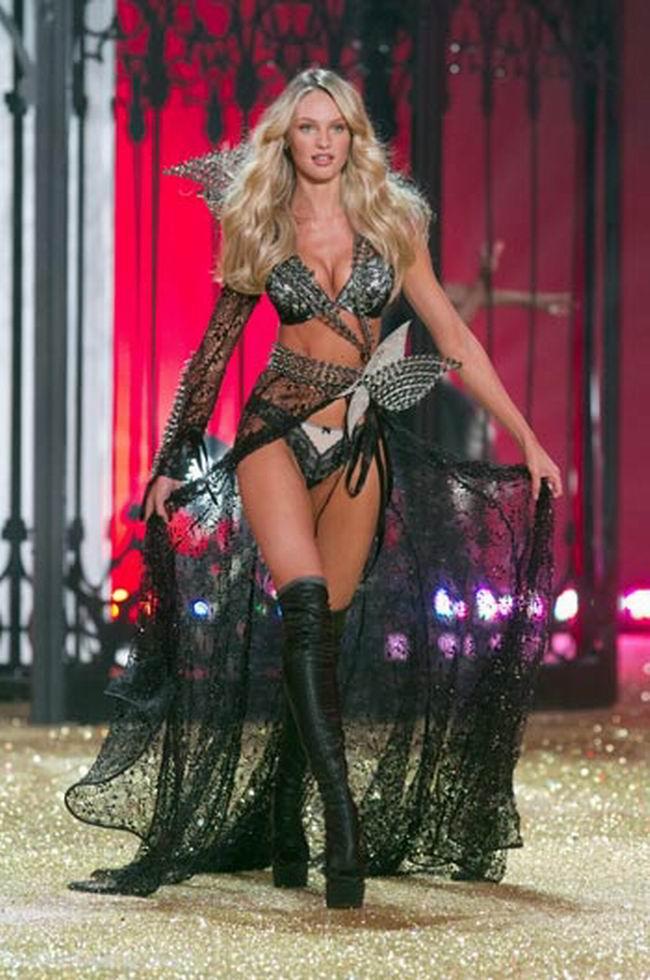 Candice Swanepoel sulla passerella di Victoria's Secret